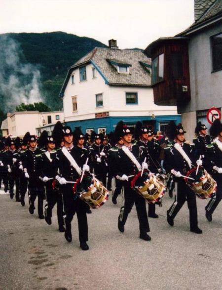 Hans Majestet Kongens Garde marsjerer i Torggata (1995) Foto: Egil Knutsen